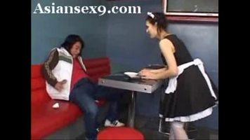 Chelnerita simpatica care isi doreste sa faca un ciubuc la servici