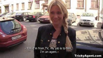 Tarfa blonda care vine la un interviu de angajare in filme porno