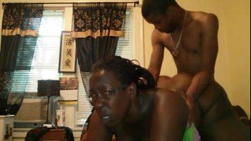 Un cuplu de negri sunt foarte excitati si au chef sa si-o traga hard