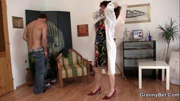 Un barbat care vine la un control la coite la o doctorita ce il pune sa se dezbrace