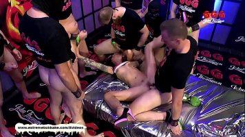 Orgie sexuala cu mai multi barbati foarte dotati care fac posta o tanara cu multe tatuaje