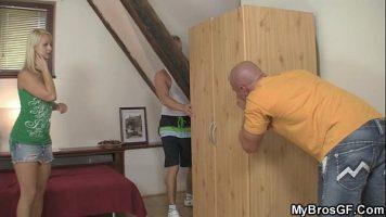 Doi baieti care fac mutari de mobila in casa sunt intinsi pe o canapea sa li se faca