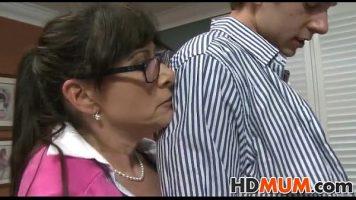 Suge pula unui tip tinerel ce poarta ochelari si vine la ea acasa