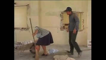 Femeie de servici care este tuna scurt trebuie sa ii suga pula si sa steie in genunchi