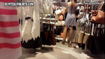 La cumparaturi o tanara este filmata cum probeaza haine dar i se baga camera sub