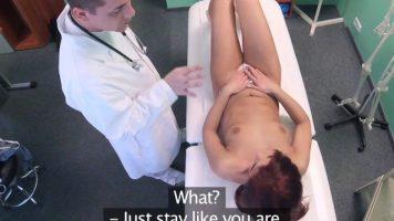 Merge sa faca sex cu doctorul care o verifica de covid