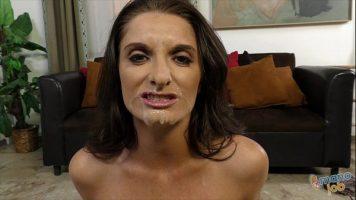 Fata ei este plina de sperma care a ejaculat din puletele unui barbat
