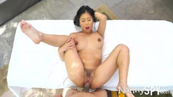 Asiatica care primeste un arab la ea la salonul de masaj de relaxare pentru barbati