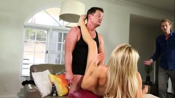 Dupa ce ii face un masaj de relaxare unui tip matur isi cheama o prietena ca sa faca sex