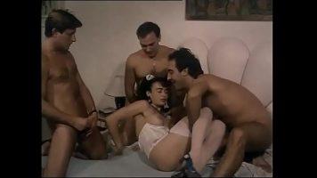 Trei barbati care trag pe pula aceeas femeie devotata acestei partide de sex pana cand