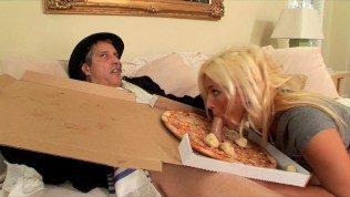 Livreaza pizza femeilor care doresc sa i-o puna pe pula si sa o scoata