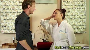 Tipa care face masaje de relaxare are un client pe care il dezbraca