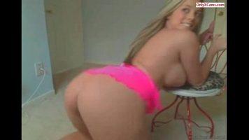 Are pretentii sexuale foarte mari aceasta tanara blonda care sare in sus