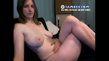 Bruneta cu sani mari care se filmeaza dezbracata in timp ce se masturbeaza