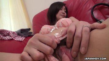 Asiatica cu pizda paroasa care e pusa de un tip sa se masturbeze in fata lui