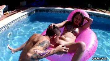 Sta cracanata in piscina aceasta tanara si doreste sa se bronzeze pana cand prietenul ei