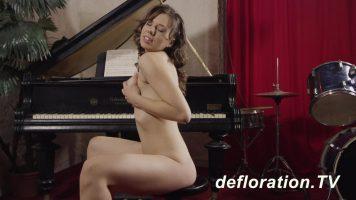 Stie sa cante foarte frumos la pian aceasta femeie tatoasa frumoasa si dragalasa