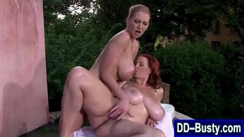 Lesbience cu sanii super mari care isi fac masaj si incep sa isi suga sanii si