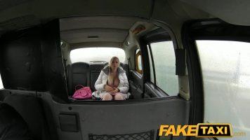 Peste acest taximetrist a dat norocul si doreste sa profite de aceasta ocazie sa o futa